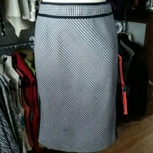 Preowned White House Blk Market Houndstooth Skirt